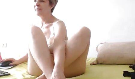 یک مرد fucks در دوست دختر خود را بر روی گونه در یک اتاق فیلم سوپر خیلی باحال قفل