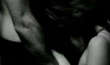 انجمن بدنسازان سکس باحال عربی در یک صندلی گهوارهای