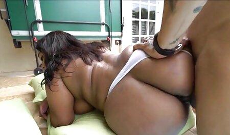 لزبین در آموزش licks بیدمشک برای یک جوجه سکس های باحال