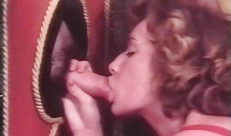 همسر فاک با وسیله ارتعاش و نوسان دو و یک دیک فیلمهای سکسی باحال در مقابل دوربین